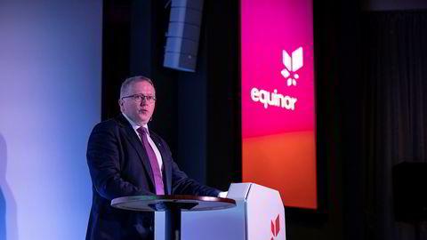 Konsernsjef i Equinor Eldar Sætre under en pressekonferanse. Sjefen har gått ut og «fredet» selskapets fornybar-satsing tross brede kutt i investeringer.