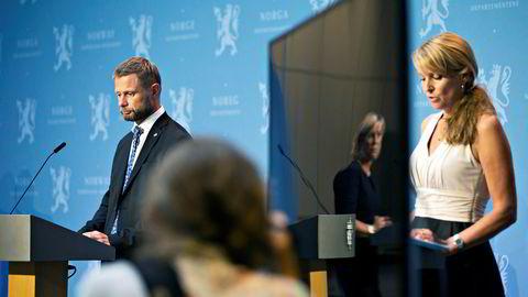 Avdelingsdirektør Line Vold fra Folkehelseinstituttet (t.h) og helseminister Bent Høie (H) under en pressekonferanse om koronasituasjonen i Marmorhallen i Oslo fredag.
