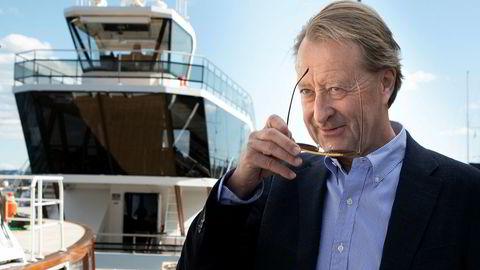 – Forutsetningene for å lykkes med å etablere en batteriindustri i Norge er minst like gode som det de nå får til i Sverige, sier Bjørn Rune Gjelsten som nå skal satse på batteriproduksjon i Norge. Her med den elektrisk drevne båten Brim Explorer i bakgrunnen tirsdag ettermiddag.