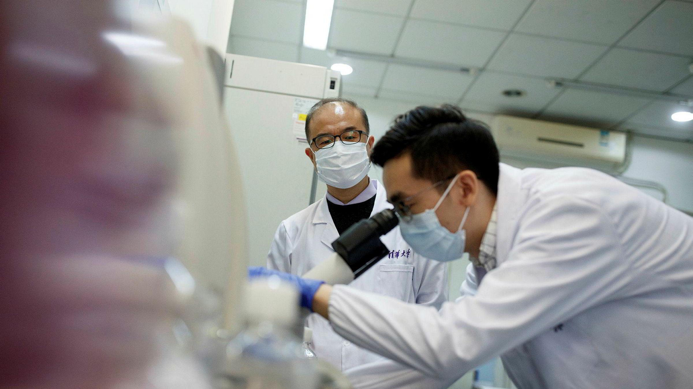 Globaliseringen gjør at vi kan vente at nye medisiner utvikles så raskt som mulig og blir raskt globalt tilgjengelig, skriver Steinar Juel. Her pågår arbeid med utvikling av koronavirusvaksine ved Tsinghua-universitetet i Beijing i Kina.