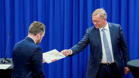 Her får arbeids- og sosialminister Torbjørn Røe Isaksen (H) overrakt rapporten fra granskningsutvalgets leder Finn Arnesen.