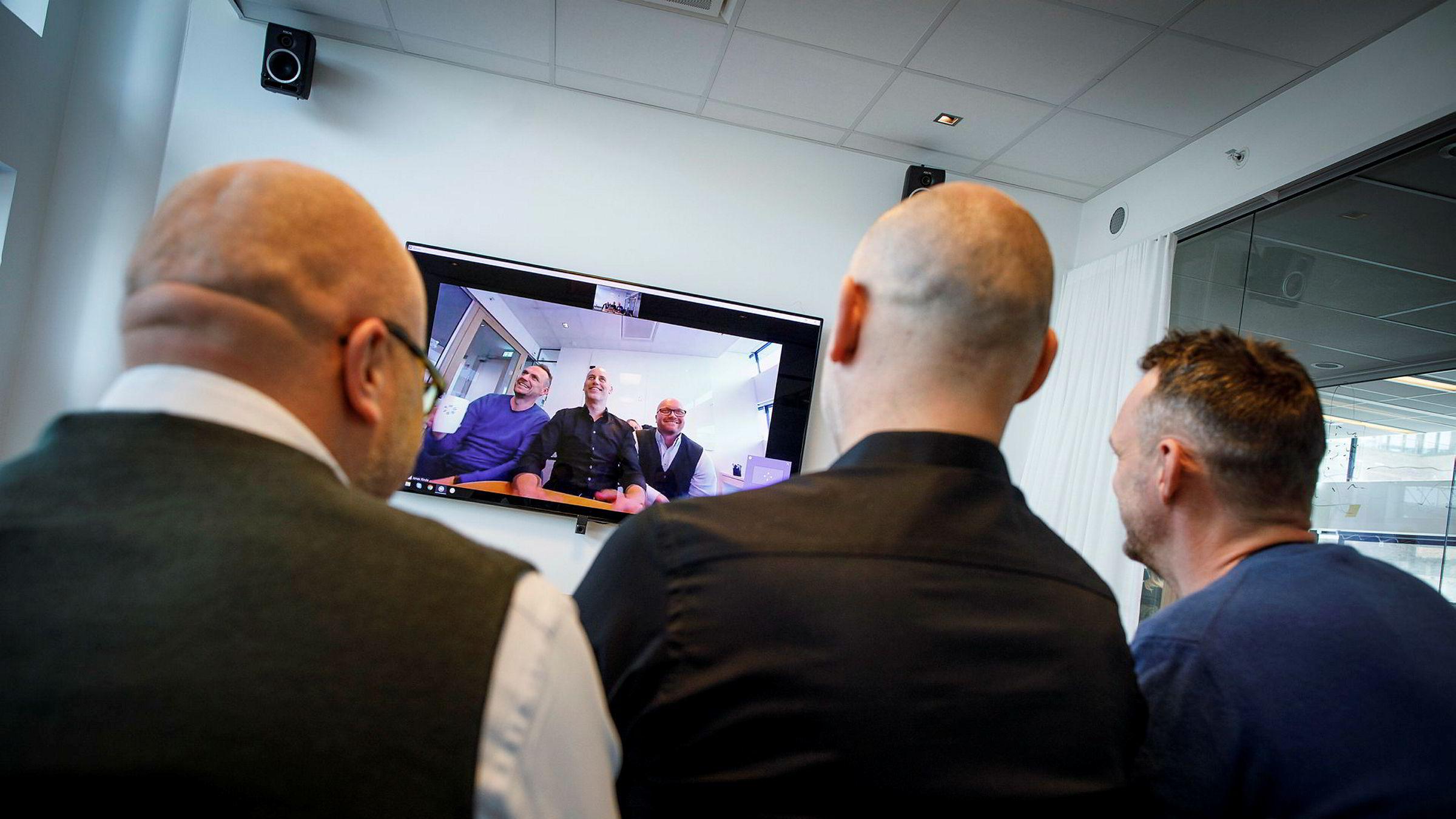 Utviklingsdirektør Vegard Hammer (t.v), administrerende direktør Jonas Rinde og kommersiell direktør Lars Rønning i Tandberg-utbryteren Huddly har sikret en avtale med det amerikanske teknologiselskapet Crestron.