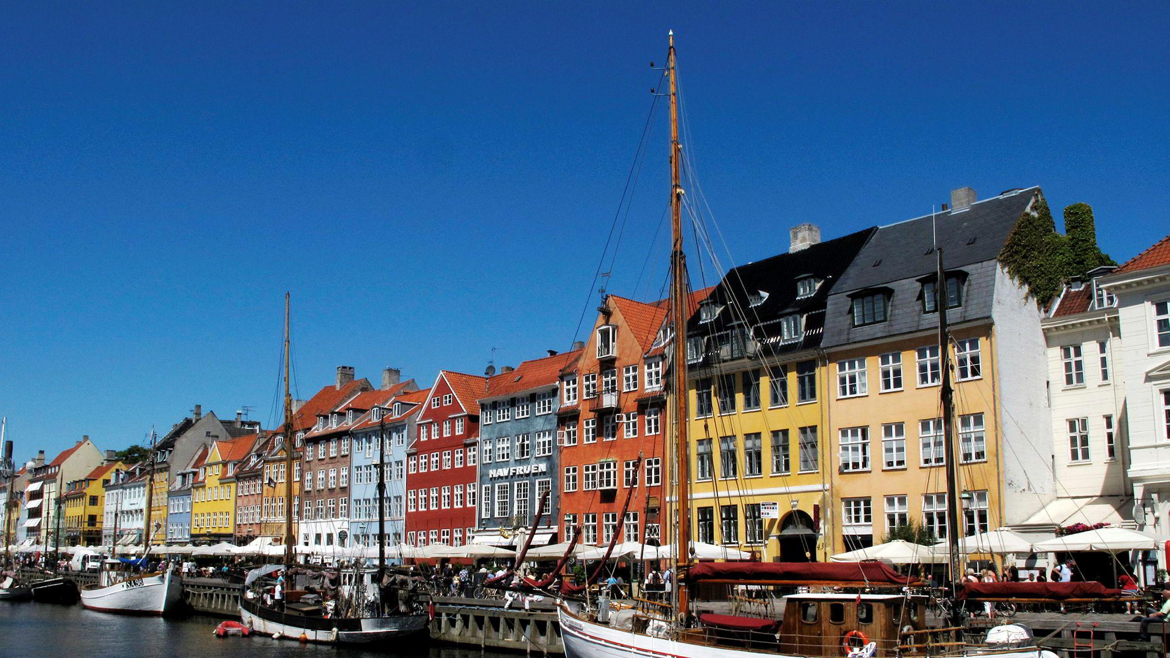 Sol og sommer i Nyhavn i København.
