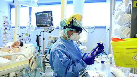 Utviklingen av nye patogener og biologisk krigføring gir økt risiko for fremtidige utbrudd, og ikke minst økt risiko for at nye pandemier er enda mer dødelige, skriver artikkelforfatteren. Her pågår behandling på sykehuset Papa Giovanni XXIII i Bergamo Italia.