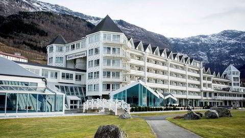 Familien Utne har gjennom årene saltet ned nær en milliard kroner i Hotel Ullensvang på Lofthus i Hardanger. Nå er hotellet til salgs.