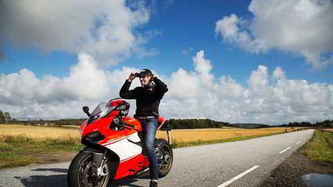 Bård Eker på sin Ducati 1199 Superleggera med over 200 hestekrefter. Bård Eker har tidligere uttalt at han er mer opptatt av å lage gode produkter enn økonomien. Nå gjør han tiltak for å redusere kostnadene i selskapene sine.