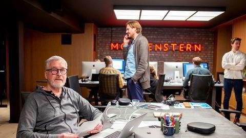 Per Ivar Grenness (74) ble ansatt av Ole Kristian Hustad (stående med telefon) i reklamebyrået Morgenstern. – Vi setter de eldre sammen med 25-åringene. Det gir en helt egen dynamikk, sier Hustad.