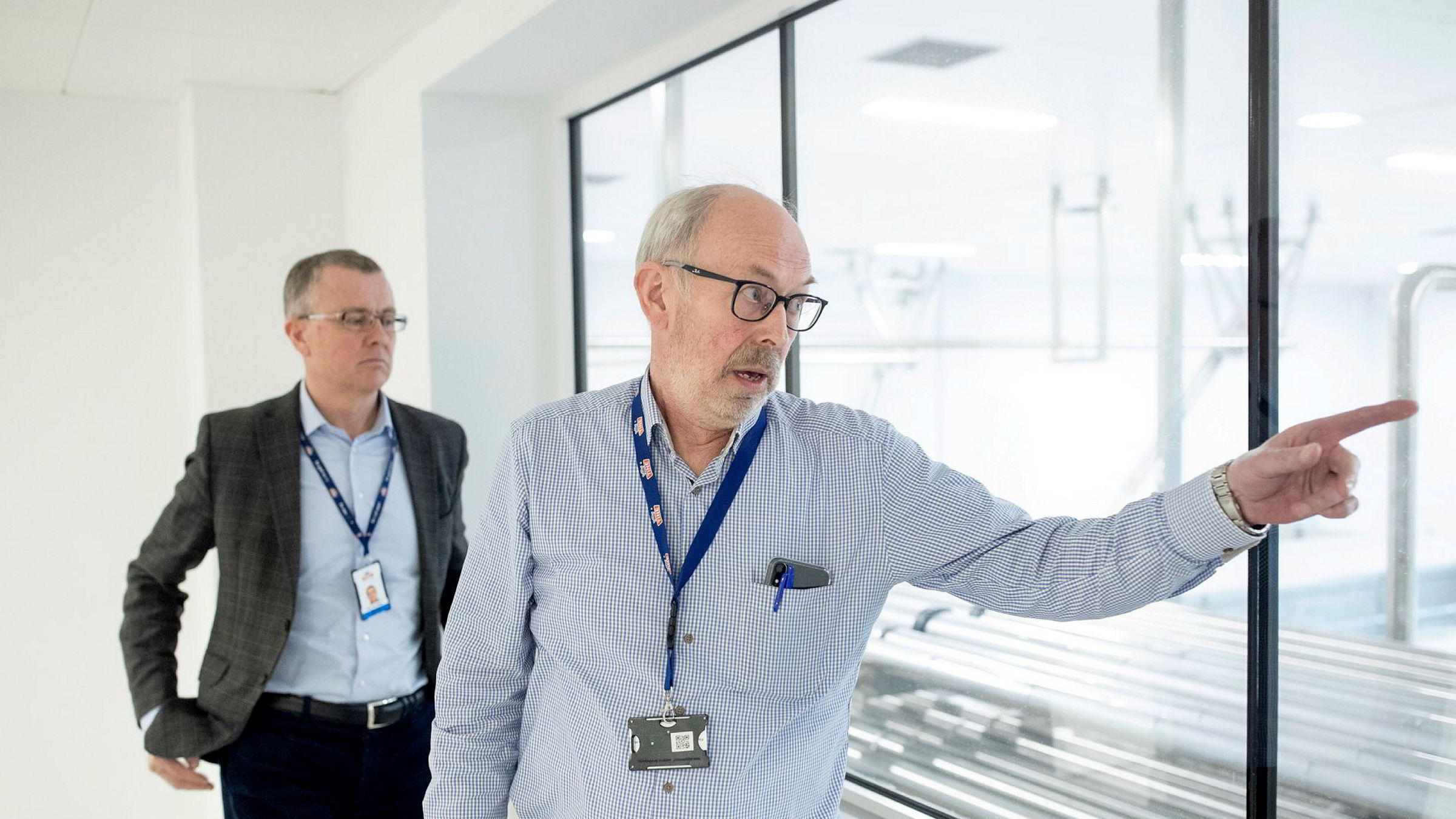 På den nye Tine-fabrikken utenfor den irske byen Cork, har koronaviruset skapt nye komplikasjoner. Her er prosjektleder Halvor Rognstad (til høyre) og Tines konserndirektør for produksjon Per Ivar Berg i fabrikken som inntil videre er i en testfase.