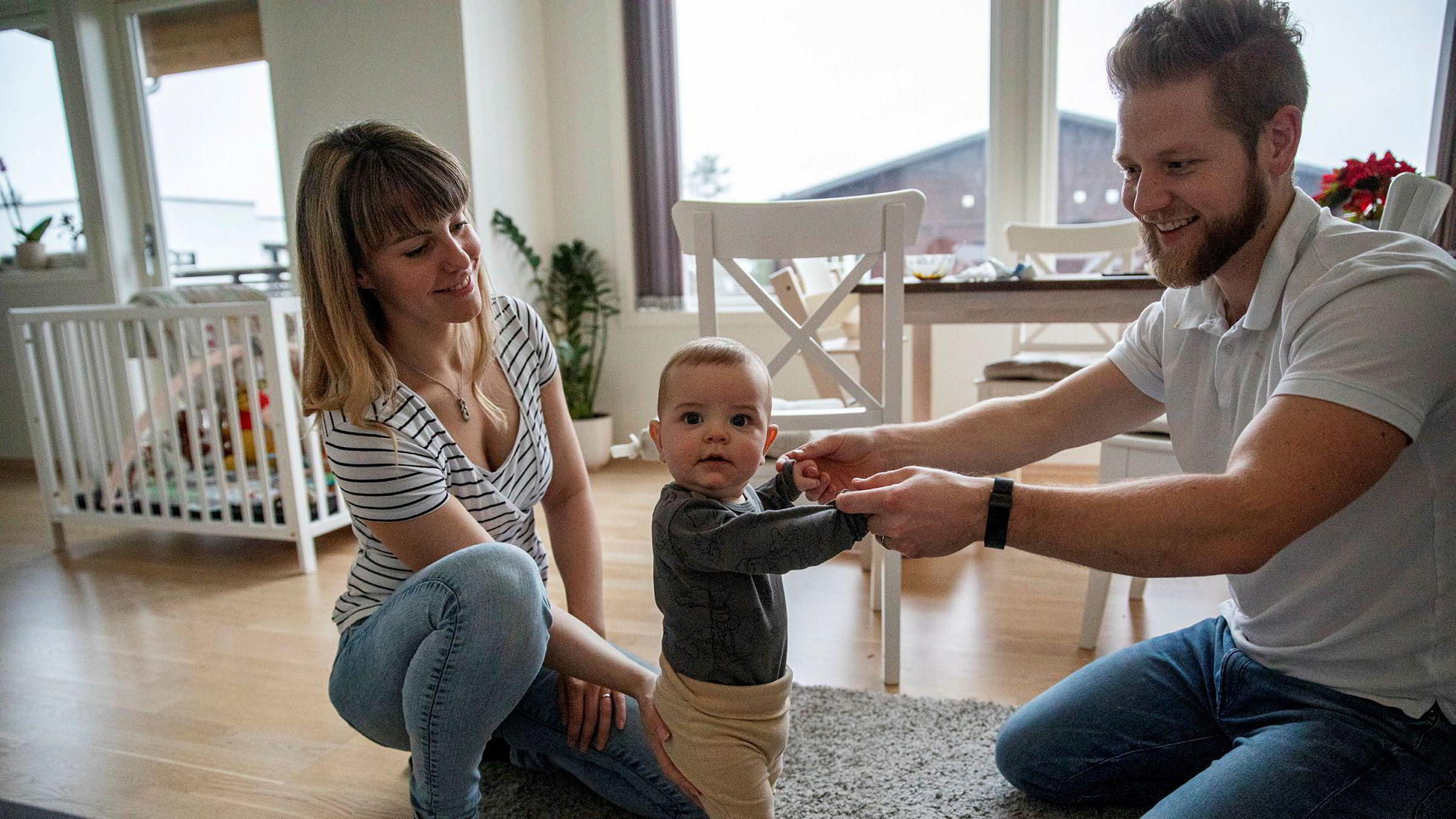 Camilla og Marius Ørvik bruker Finn.no og Facebook for å spare penger når de kjøper ting til sønnen Ludwig.