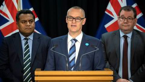 På en uanmeldt pressekonferanse torsdag kunngjorde David Clark (i midten) at han trekker seg.
