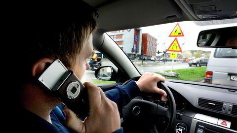 Det er forbudt å snakke i mobiltelefonen mens du kjører bil.