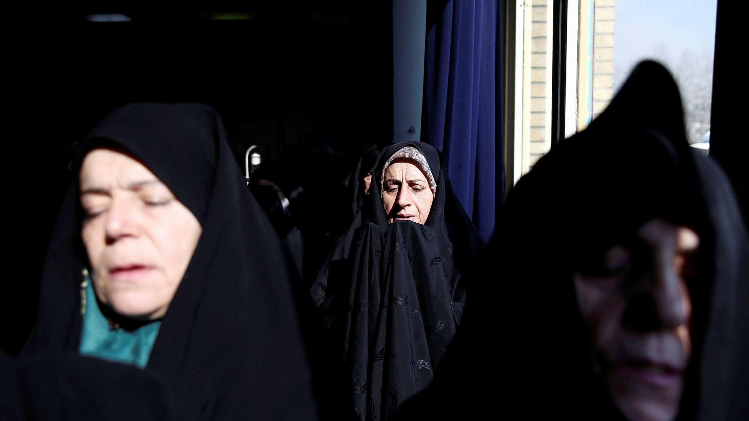 Drapet på den iranske generalen Qasem Soleimani vekker sterke reaksjoner i Iran, der han var både elsket og hatet. Her et bilde fra en fredagsbønn samme dag som likvideringen ble kjent.