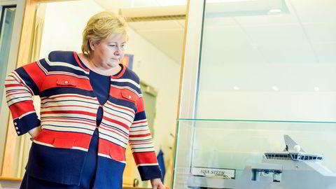 Statsminister Erna Solberg (H) foran en båtmodell i Kongsberg Teknologipark.