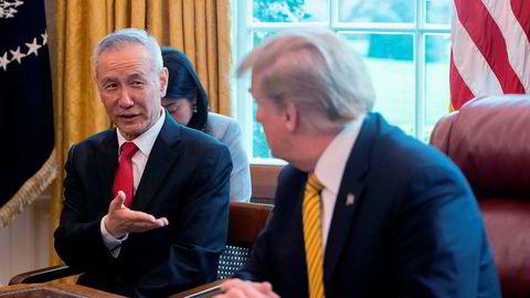 En stor kinesisk delegasjon, ledet av visestatsminister Liu He, reiser til USA for å undertegne «fase 1» av en handelsavtale denne uken. President Donald Trump blir sett på som skadeskutt i Kina på grunn av den pågående riksrettssaken og svekket i forkant av presidentvalget.