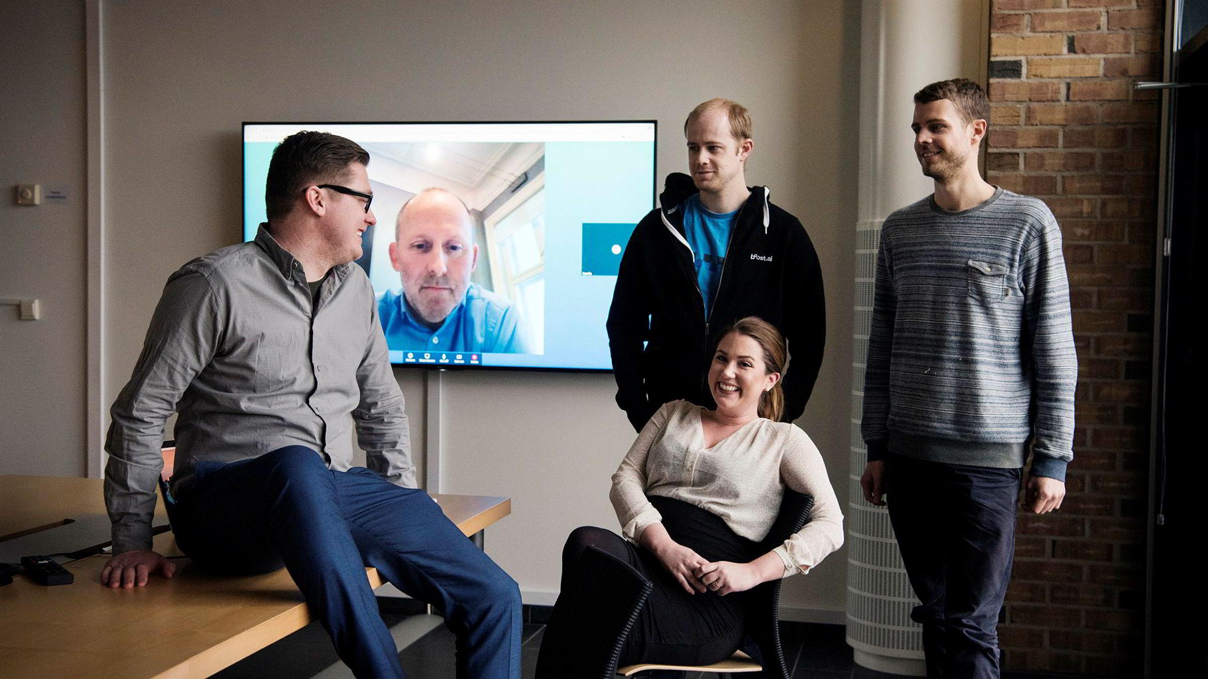 Gründerne av Boost AI henter inn investor Alliance Venture (Johan Gjesdahl på skjermen bak). Fra venstre: Gründer Henry V. Iversen, kontraktssjef Camilla Gjetvik og gründerbrødrene Lars og Hadle Selsås.