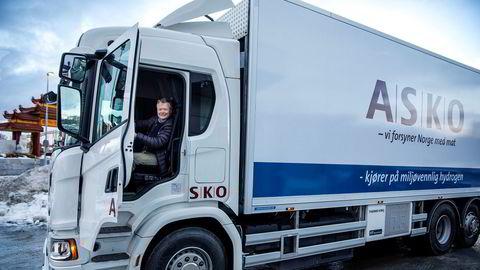 Asko er grossisten til det dominerende dagligvarekonsernet Norgesgruppen og kjører ut varer til butikker som Kiwi og Meny. Her er Norgesgruppen-eier Torbjørn Johannson i en av konsernets lastebiler.