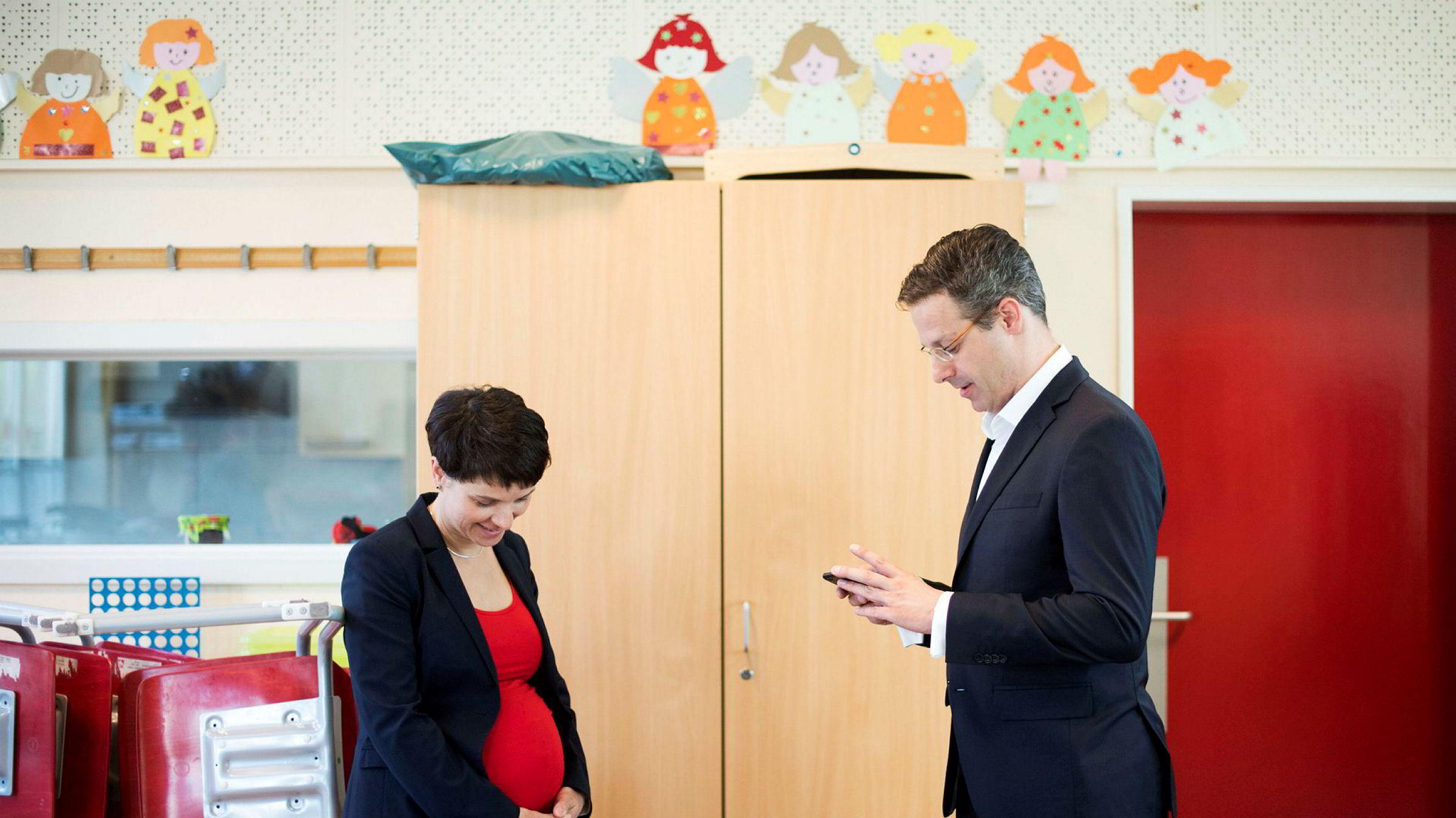 AfD-politiker Marcus Pretzell sier både han og kona Frauke Petry, en av partiets ledere, er skuffet over oppslutningen, selv om partiet sannsynligvis kommer inn i nasjonalforsamlingen etter søndagens valg. Her er paret i Düsseldorf i mai i år.