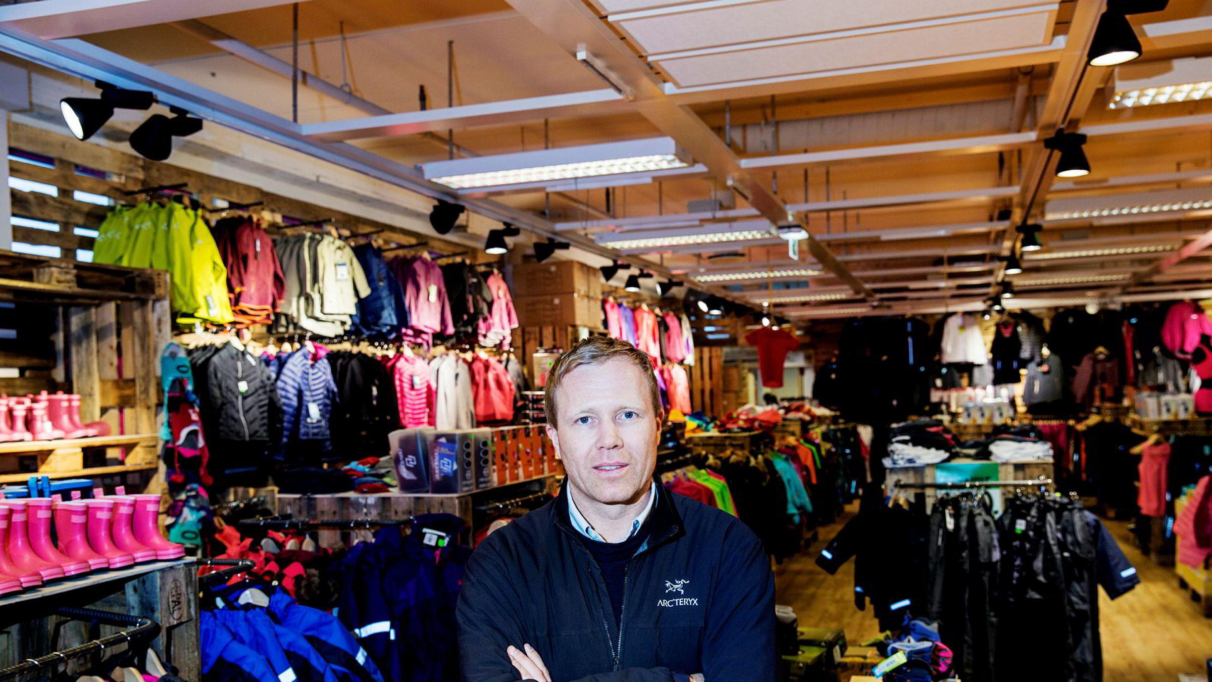 I skyggen av de store kjedene som XXL og Gresvig har Tor-Andre Skeie og Sport Outlet bygget opp en kjede med titalls butikker. Kjeden har blant annet spesialisert seg på billige varepartier som har vært tiltenkt andre kjeder.