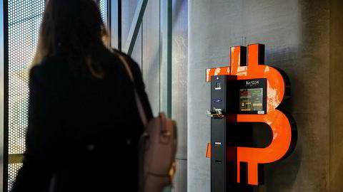 Kursutviklingen i bitcoin-markedet lever sitt eget liv. I den polske byen Sopot kan man kjøpe digital valuta på egen automat.