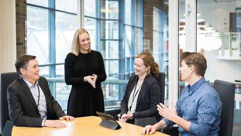 Sparebanken Sogn og Fjordane har blant annet endret bonusordningen slik at kvinner i fødselspermisjon også får bonus på lik linje med alle andre ansatte. Fra venstre: administrerende direktør Trond Teigene, leder for forretningsstøtte Silje Mari Sunde, hovedtillitsvalgt Marie Heieren og hr-direktør Eirik Rostad Ness.