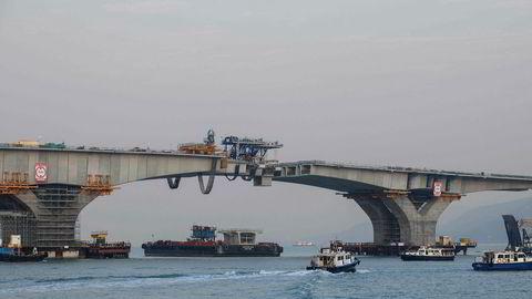 Reisetiden mellom Hong Kong og Zhuhai i Sør-Kina vil bli redusert fra fire timer til vel en halvtime når Hong Kong-Zhuhai-Macau Bridge (HKZMB) åpner om kort tid etter forsinkelser og kostnadsoverskridelser.