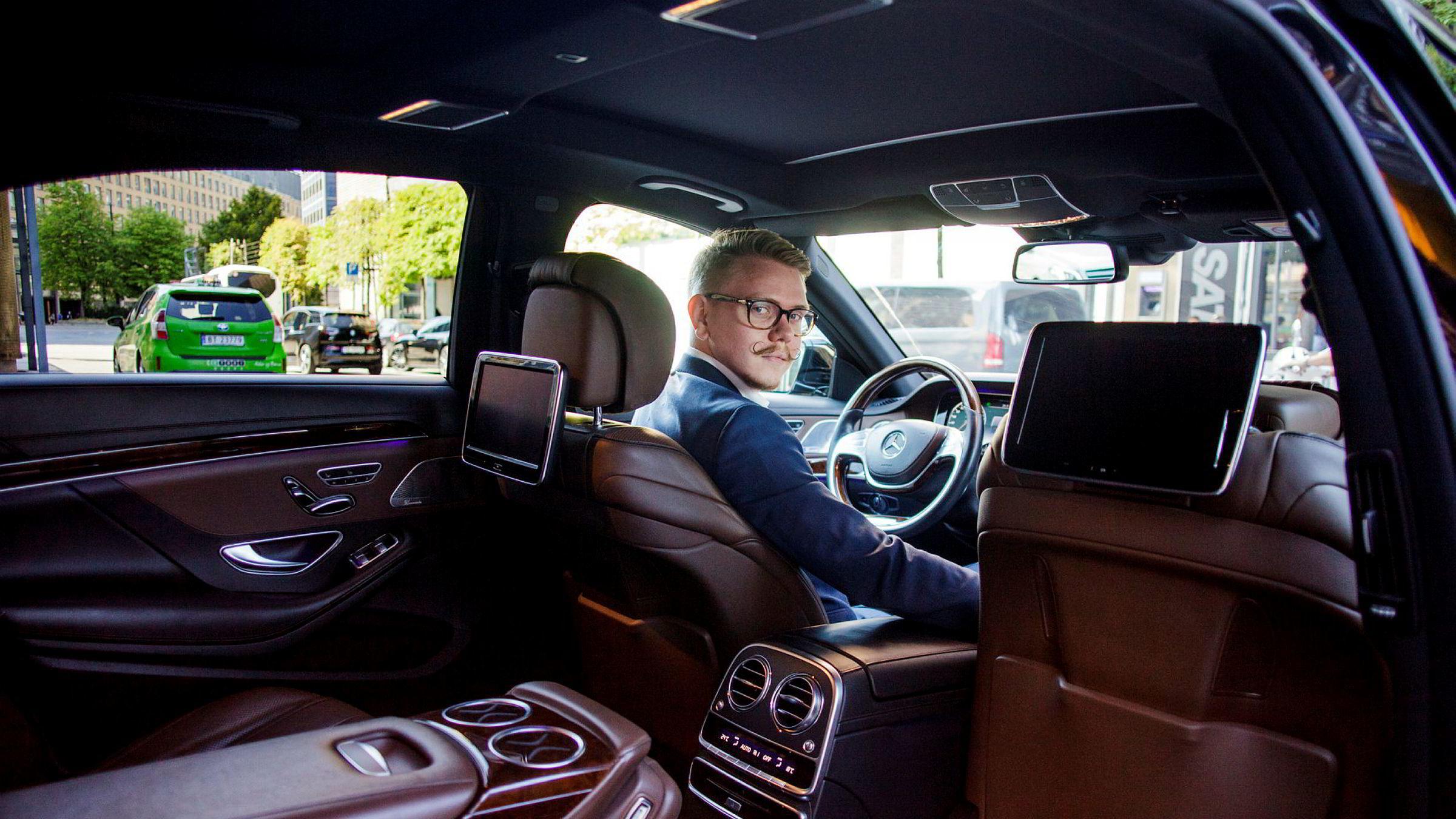Flere av selskapene som tilbyr limousinservice opplever vekst, mens taxibransjen stagnerer. Snorre Jensen kjører kundene rundt i en Mercedes S-klasse med sotede bakvindu.