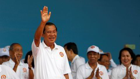Hun Sen har styrt Kambodsja de siste 33 årene og er nå verdens lengst sittende statsminister. Opposisjonen, som han stempler som forrædere, får stadig dårligere vilkår i landet, og søndag blir han trolig gjenvalg.
