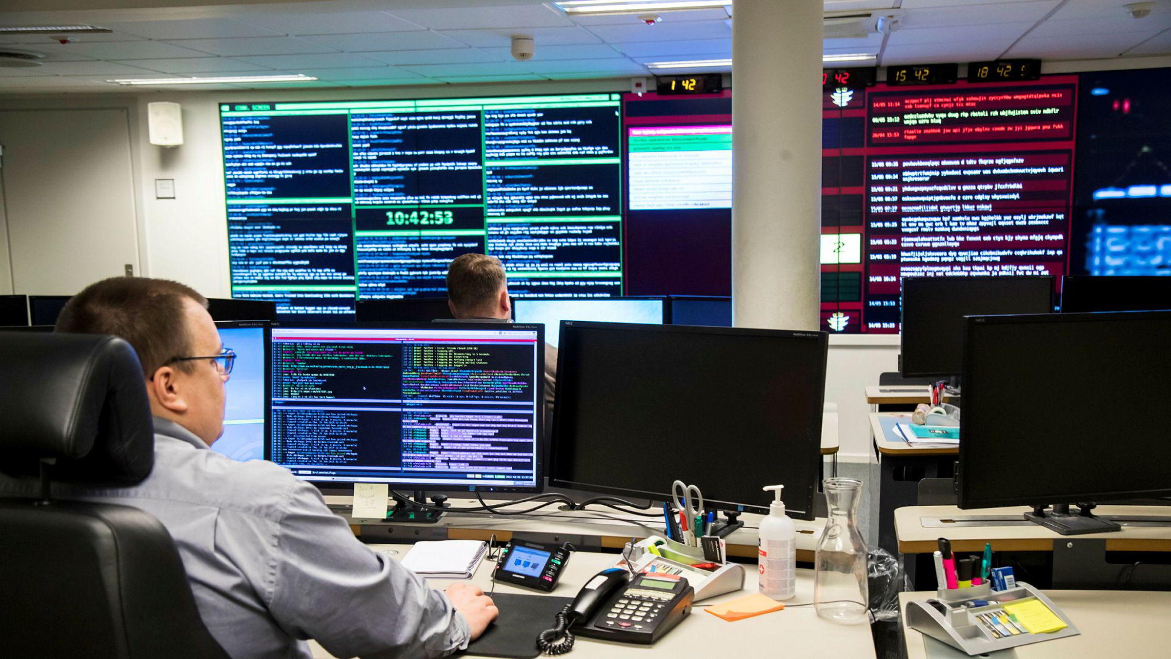 Mange av oss husker kanskje WannaCry-utbruddet for et knapt år siden. Viruset skapte mange overskrifter og gjorde forholdsvis stor skade, skriver artikkelforfatteren. Her fra Norges nasjonale cybersenter Norcert sitt operasjonssenter i Oslo som jobbet med dataangrepet «WannaCry».