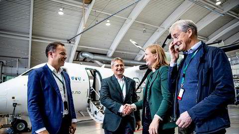 Fylkesrådsleder i Nordland Tomas Norvoll (Ap) avbildet sammen med partileder Jonas Gahr Støre, administrerende direktør Stein Nilsen i Widerøe og ordfører Maria Pinnerød (Ap) i Bodø.