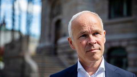 Finansminister Jan Tore Sanner (H) har fått overlevert IMFs anbefalinger.