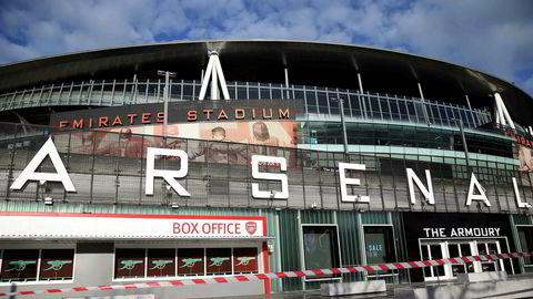 Emirates Stadium i London er stengt, etter at Premier League avlyste alle kamper til og med 4. april på fredag. Hensikten er å begrense koronautbruddet som også har fått fotfeste i ligaen.