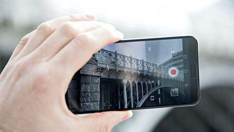 For første gang på syv år har en mobilprodusent klart å ta annenplassen fra Apple på listen over verdens største mobilprodusenter. Huawei, her ved flaggskipet P20 Pro, solgte 40 prosent flere telefoner i vår enn i fjor.