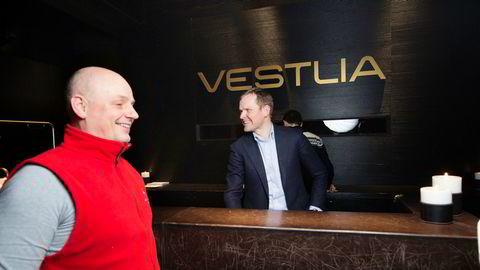 Hotellgjest Inge B. Johannessen (til venstre) har tatt inn med familien på Vestlia Resort på Geilo for andre gang på ett år. – Her får vi full pakke både inne og ute, sier han. Hotelldirektør Roger Espeli har fullbooket i vinterferien og planlegger helt nytt hotell.