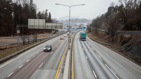 E18 med Sandvika i bakgrunn. Denne veistrekningen er en av Norges mest trafikkerte til vanlig like før 8. Her står køen nesten stille hver dag i rushen.