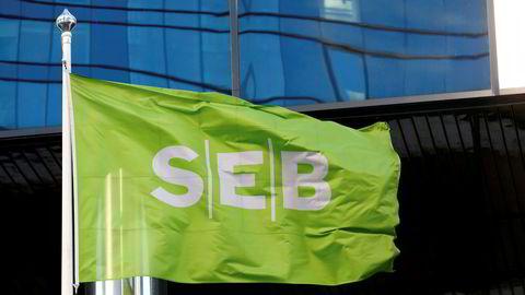 Her svaier flagget foran bankens kontorer i Estland.