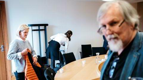 Torild Mjelstad, leder i fagforeningen Junit og forgjengeren Asbjørn Wikestad i retten. Junit vil hindre Wikestad i å ytre sin misnøye om foreningen på Facebook.