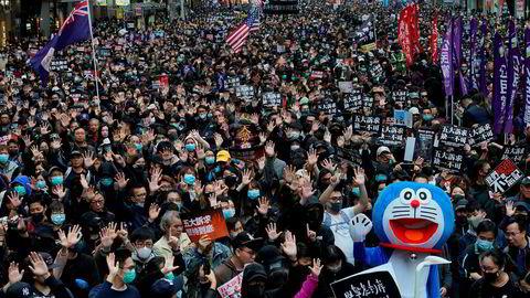 Titusener deltok i nyttårsdemonstrsjonen i Hongkong. Foto: AP / NTB scanpix
