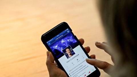 Sean Parker, grunnlegger av Napster og tidlig investor i Facebook, sier at de helt bevisst utnytter «svakheter i den menneskelige sinn» for å skape vanedannende bruk av tjenesten.