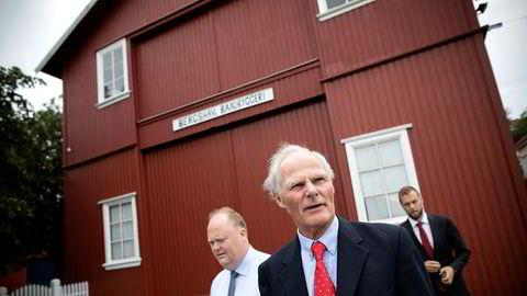 Atle Bergshaven (foran) med sønnen Ebbe til venstre og finansdirektør Andreas Hannevik i bakgrunnen utenfor rederikontorene i Hasseldalen i Grimstad.