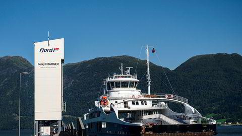 Fremover vil vi trenge skip som kan være gjerrigere på bruk av energi og gjerne fullelektriske, skriver Monica A. Paulsen. Norges første helelektriske fergesamband er på strekningen Anda-Lote, der fergen Eidsfjord legger til kai, med ladetårn til venstre.
