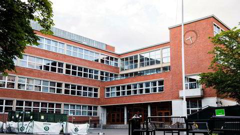 På Oslo handelsgym (OHG) verserer fremdeles historien om at det var læreren selv som begynte, på tross av at domstolene i to runder har slått fast at eleven er skyldig. Ledelsen gjør ingenting for å korrigere denne oppfatningen, skriver artikkelforfatteren.