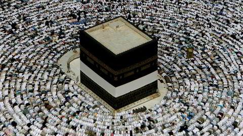 Det hele startet for noen uker siden med at pakistanske Sabica Khan skrev om sine personlige opplevelser fra Mekka på Facebook. Khan ble trakassert mens hun gjennomførte tawaf – å gå syv ganger rundt Kaba, den svarte steinen i Mekka, som er et av ritualene under pilegrimsreisen, skriver artikkelforfatteren. Her fra Kaba i Mekka.