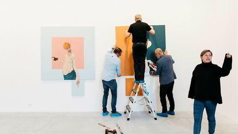 Eli Ertvaag, til høyre, åpner nytt kunstgalleri i Stavanger. I bakgrunnen den danske kunstneren Mikael Kvium, til høyre, i gang med å henge opp verkene sine sammen med Kim Brandstrup, til venstre, og vaktmester Johan Buch.