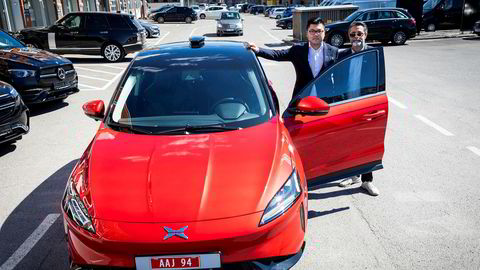 Bak det nye norske bilimportselskapet Zero Emission Mobility står William Chien (t.v.) og Zahid Saddiq. Her med den elektriske suven Xpeng G3.