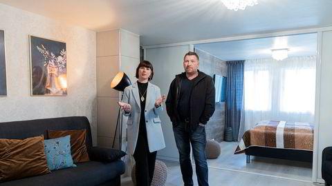 Vera Elisabeth Henriksen (37) og Aleksei Pogodin (47) har gjort om det største soverommet i huset til utleiehybel gjennom Airbnb. De er bekymret for tiden fremover etter korona.