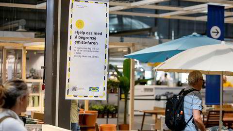 Smittevernplakatene er godt synlige inne på Ikea Furuset i Oslo.