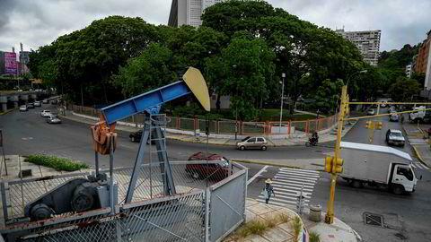 Opec venter et sterkere fall i verdensøkonomien, men en større vekst i oljesektoren. Her fra en gatelangs pumpe i Venezuela, et av medlemslandene i Opec-kartellet.