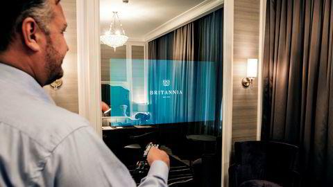 Hotelldirektør Michael Forselius demonstrerer tv-løsningen som er bygget inn i speilene på alle rom.