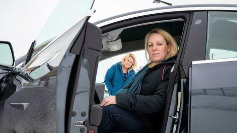 Annelise Kielland og Hildur Jakobsdottir Kielland har begge bestilt Tesla Model 3 og for to uker siden fikk Hildur sin. Nå er den blitt satt ned i pris og Hildur føler seg lurt, mens Annelise sparer penger på at hun fremdeles venter.