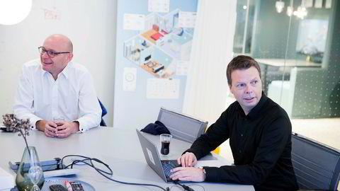 Administrerende direktør Øyvind Birkenes i Airthings (t.h.) planlegger å ta selskapet på børs. Til venstre er investor Geir Førre, som har flere gründereventyr i milliardklassen bak seg.